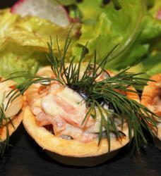 Тарталетки с салатом из кальмара, огурца, помидоров, оливок, майонез