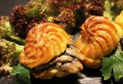 Профитроли с салатом из курицы и грибов