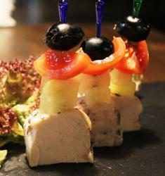 Канапе из курицы гриль, ананаса, помидора черри и оливки