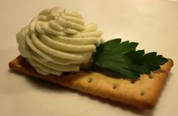Крекер с маслом из сыра дор блю, сливок
