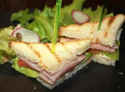 Мини бутерброды с ветчиной, листом салата и помидора